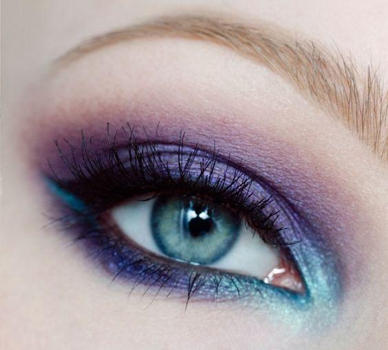 maquillage yeux bleus avec mascara volume et fards à papières en violet et bleu
