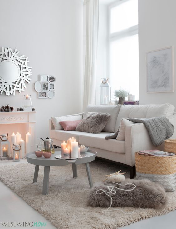 Wohnen in Weiß: Der Ton in Ton-Look strahlt Leichtigkeit aus, wirkt edel und erinnert an eine zauberhafte Schneelandschaft. Damit keine Eiszeit im Wohnzimmer herrscht, machen wir den Look mit kuscheligen Fellkissen, Strickplaids und jeder Menge Kerzenschein gemütlich! Mit der charmanten Kaminkonsole wird eine romantische Atmosphäre erzeugt, das gemütliche Drei-Sitzer-Sofa in Offwhite sorgt für Sitzvergnügen.