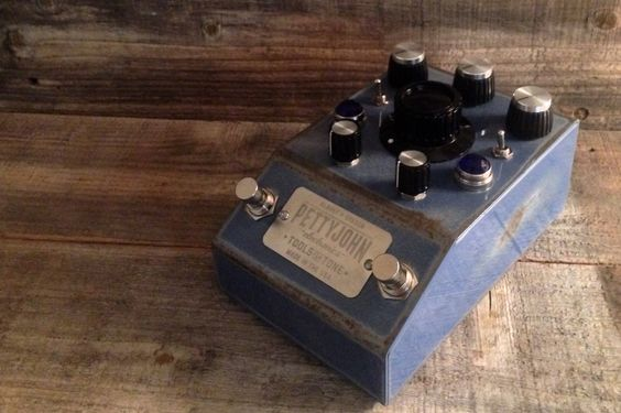 The Pre Drive from @pettyjohnelec is a studio grade, dual foot-switchable guitar preamp is designed to be the first pedal in your chain. Built in the USA with 2 discrete opamp chips and audiophile components throughout, the PreDrive will preserve every detail of any instrument plugged into it! The PreDrive's preamp was designed to serve the unique needs of a matching impedances of magnetic pickups, typical in electric and bass guitars, and can be used as a preamp for almost any instrument…