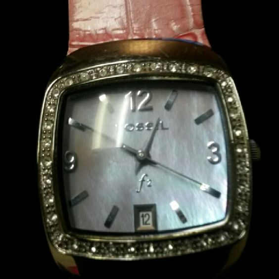 Watch Pre-Owned Beautiful Fossil F2 Ladies Watch/Pink genuine leather band, has pink alligator look w/easy to read Mother of Pearl Dial. 30m/100ft Water Resistant,  Band Size fits up to 7.5. Fossil Other