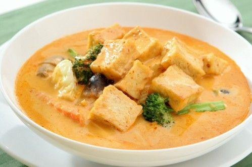 Massaman Curry ist ein absoluter Klassiker in der thailändischen Küche. Hier kommt das Rezept für die vegane Version - guten Appetit!