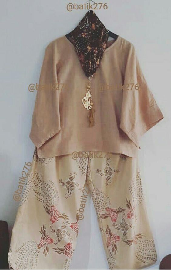 Batik motif is Sawunggaling, colour caramel red. Batwing top, pallazo bottom, batik necklace, Rama & Shinta made silver gold accessories. Design by Imelda Sulistio.