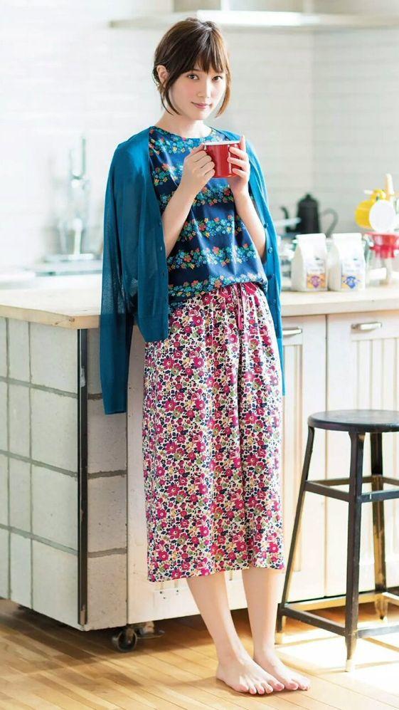 青いお洋服の本田翼