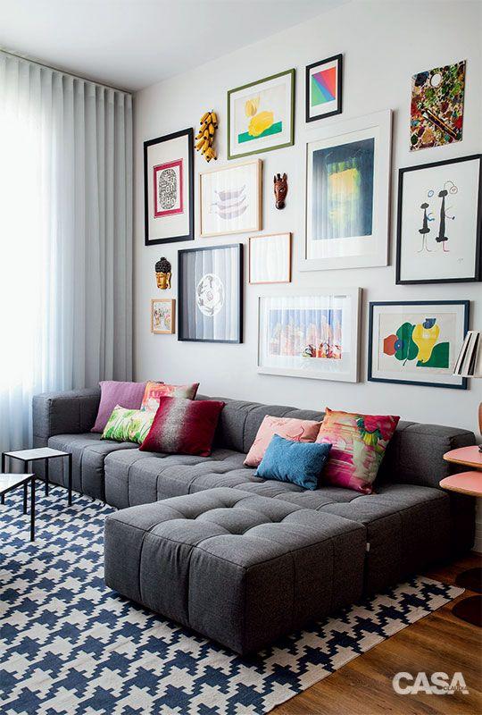 """""""COLEÇÃO DE ARTE. Molduras simples e retas unificam o conjunto de quadros, concentrado nesta superfície. No sofá, almofadas de Fernando Jaeger e da Codex Home."""" Projeto: Mariana e André Weigand:"""