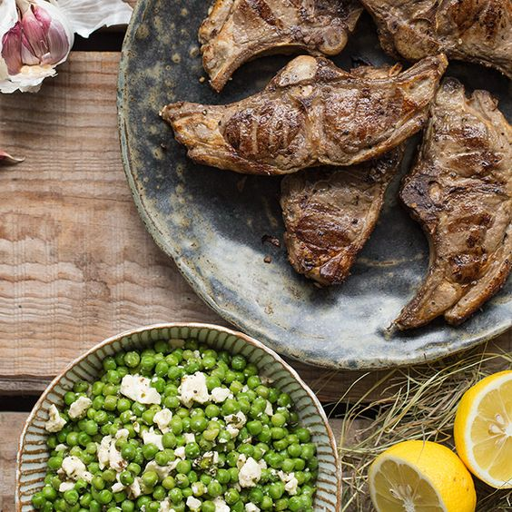 Gegrillte Lammkoteletts mit Erbsen-Feta-Salat