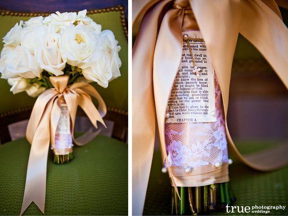 Une page de bible sur le bouquet