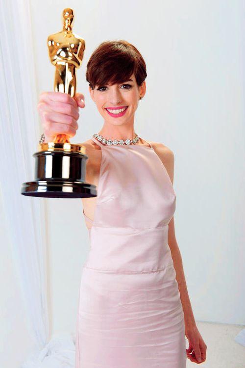 Anne Hathaway e seu Oscar de Melhor atriz coadjuvante pelo filme Os Miseráveis.