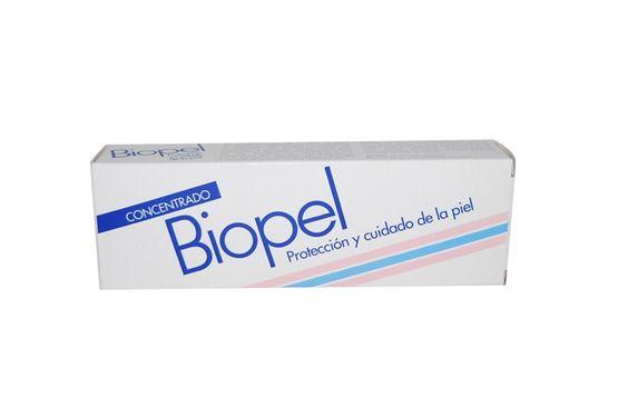 """Biopel, una crema protectora para la piel de bebés que un buen número de adultos usan a modo de bálsamo labial. Adorada por muchos maquilladores españoles, este clásico de farmacia tiene un uso menos conocido que nos explica Lucía Pando: """"Biopel lo usamos en párpados o pómulos si queremos conseguir un efecto brillo"""", nos explica la experta.   Precio: aprox, 5 €"""