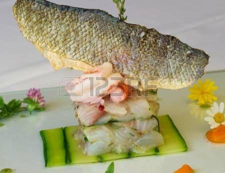 molto elegante piatto di servizio di pesci di alta cucina photo