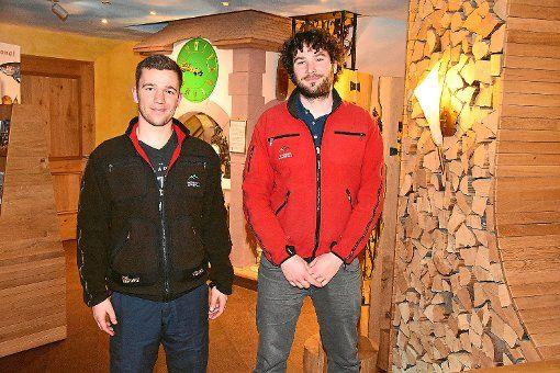 Nationalpark-Ranger Patrick Stader und Förster Tim Tschöpe stellen sich beim Verein Schönes Tonbachtal vor
