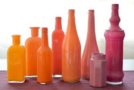 """Hacer floreros con botellas pintándolas por dentro. Las botellas de vidrio transparentes, principalmente las antiguas tienen uno """"no se qué"""" que puede quedar fantástico si le damos un toque personal. Supongo que es por ese diseño vintage que tienen alg..."""
