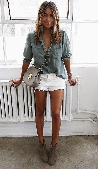 A camisa é uma peça que nunca sairá de moda. Desde sempre, ela é a aposta para todas as ocasiões, tal como uma reunião de negócio compondo um look mais social, até um passei no shopping, compondo um look mais despojado. Clique para ver mais...  #moda #camisafeminina #camisa #camisaverdemilitar