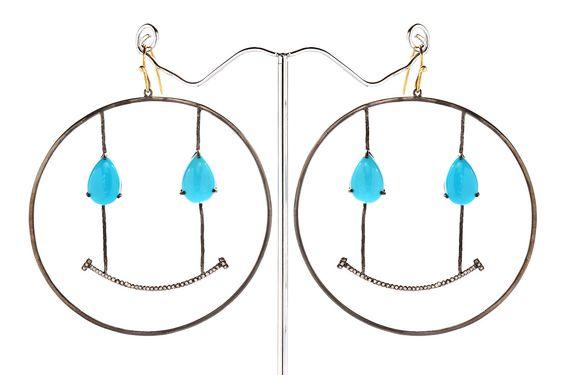 Composizione: Dimensione orecchini realizzati in argento 925 con rodio nero e tempestati di piccoli diamanti ice. chiusura in oro a 18 carati e diamanti ice. Dimensione  70 mm