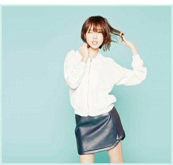 レザーのスカートがおしゃれな戸田恵梨香さん