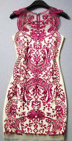 Um belo corpo formando vestido marfim.  a impressão enfeite é incrível.  Muito, muito impressionante.  Eu amo isso !!!!!: