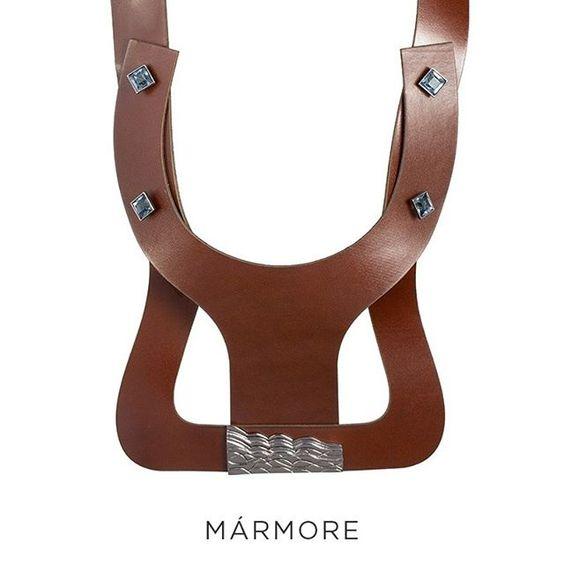 Que tal sair do lugar comum e investir num colar ousado, moderno e inusitado em couro? Aposte no maxi colar da família Mármore.  #CamilaKlein #FashionJewelry