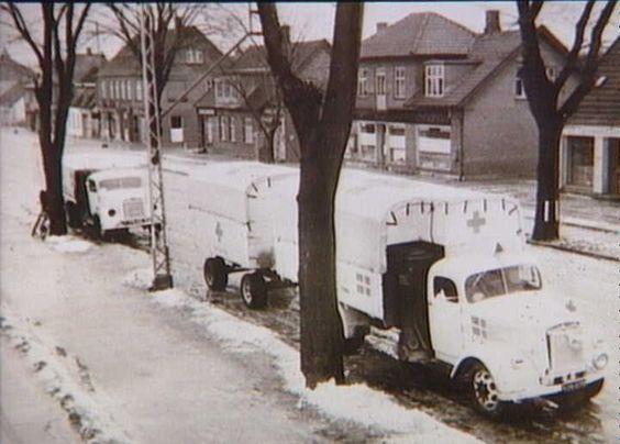 Bernadotte-aktionen. Danske Røde Kors lastbiler i Roskilde med fødevarer i april 1945 på vej til fangerne i tyske koncentrationslejre  Tidsperiode og årstal Datering:apr-45 - See more at: http://samlinger.natmus.dk/FHM/26401#sthash.AmNqBO9q.dpuf