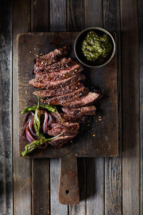Một số nguồn thực phẩm chứa đạm chất lượng phải kể tới: cá hồi, thịt bò, thịt gà, thịt đà điểu, trứng, gà tây,...