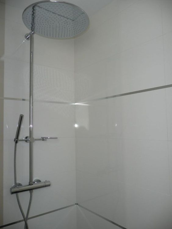 Photo faience de la douche parentale avec baguettes inox for Faience de douche