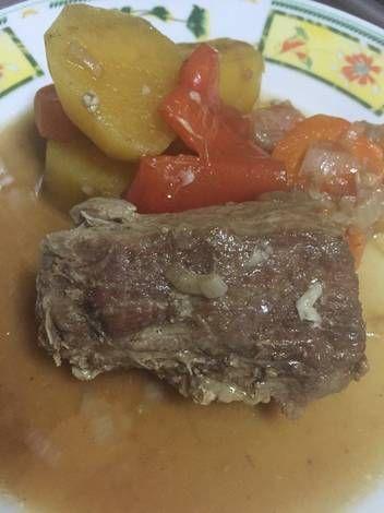 Bifes de lomo de cerdo con papas y batatas a la cacerola