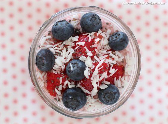 Rezept für sommerliches Buchweizen-Mandel-Porridge mit Erdbeeren / THE.WAITRESS…