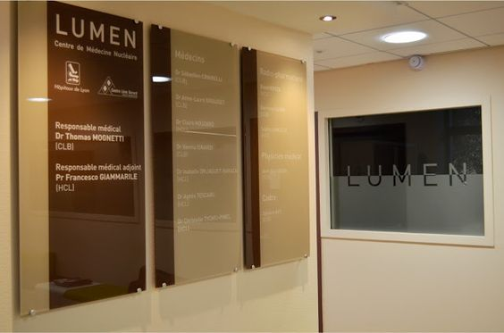 http://isis-signaletique.blogspot.com signalétique hôpital - Lyon - Rhône - CLB LUMEN - plaques plexiglass - lettres, logos et décors vinyles collés à l'arrière - fixation par entretoises