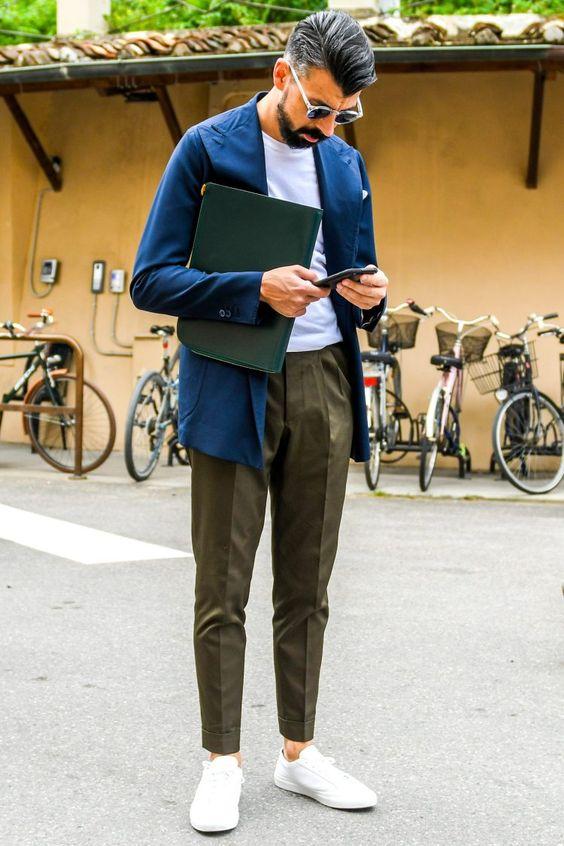 白スニーカー メンズコーデ特集!大人の余裕が漂う瀟洒な着こなし&アイテム紹介 - ページ 7 #men'sfashion メリハリのきいた春のジャケパンコーデを素足履きした白スニーカーで颯爽と装う