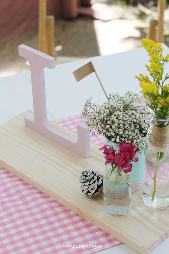 Nice Party Comunión rústica en color rosa. centros de mesa con tarros y letra de madera