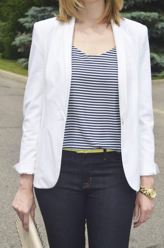 Chaqueta blanca blusa rayas negras correa delgada