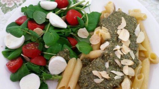 Penne ao molho pesto com salada de agrião, tomate cereja e mussarela de búfala.