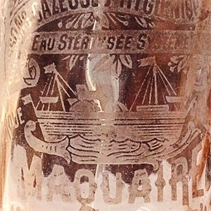 Siphon rose torsadé présentant un bateau à vapeur et quelques distinctions honorifiques telles que Lille 1902, médaille d'argent