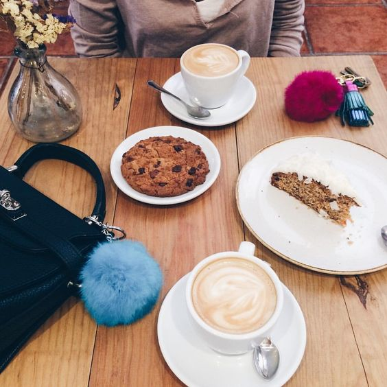 "BB en Instagram: ""#Brunch con mi coneji  #coffelovers ☕️ #cookie  #carrotcake  #yummy """