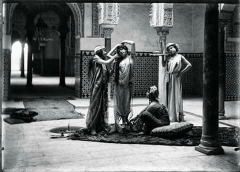 """Curiosa foto.Lo unico que sé de ella es lo que ponia debajo.""""Alcázar de Sevilla. Escena orientalista, ca. 1900"""""""