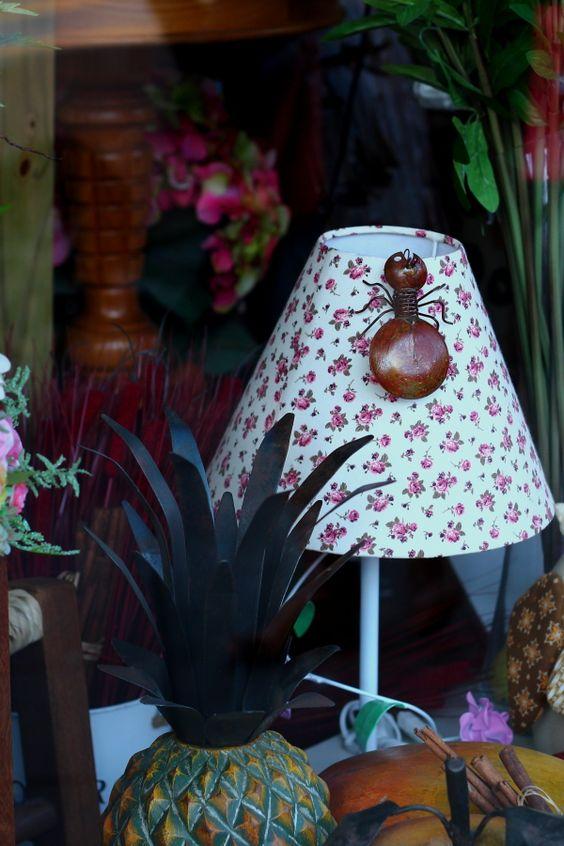 Ideias de decorações para casa de lojas Lojas de decorações, sempre estão a me surpreender, infinidades de ideias e como organizar nossa casa com vitrines caprichadas, inspiradoras e maneiras de valorizar, realçar peças decorativas, desde guardanapos, toalhas, cobertores, livros, aparadores, flores em expositores bem chamativos.
