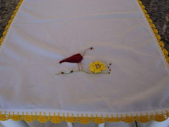 Caminho de mesa ,bordado com garça de fita