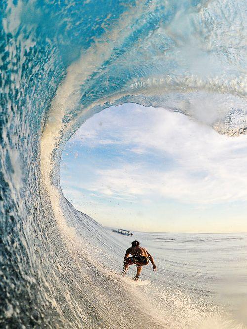 綺麗な波に乗るサーファー