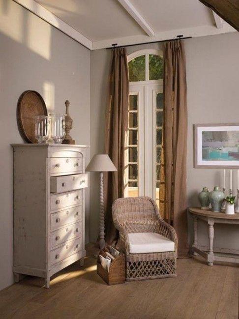 cómoda alta con cajones y sillón de ratan: