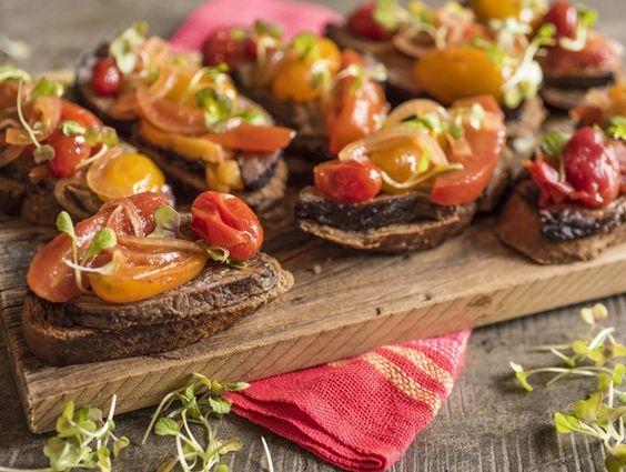 Receita Dedo de Moça: Bruschettas de fraldinha marinada com chutney de tomate
