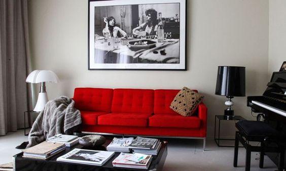 Brilho vermelho no sofá! Peça colorida revoluciona sala de estar: