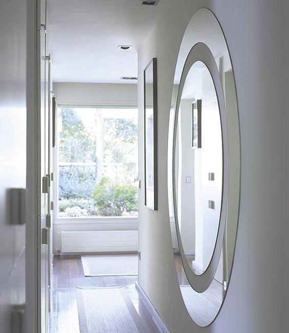 En pasillos oscuros la colocaci n de varios espejos for Espejo largo pared