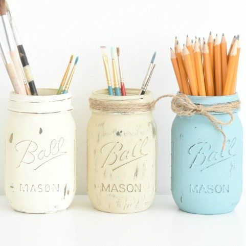 Follow this step-by-step tutorial to make these gorgeous rustic DIY painted mason jars. Super easy and a great way to add some farmhouse charm to your home.