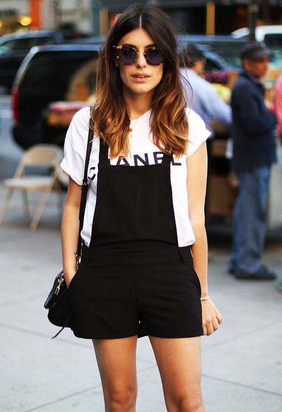 Look da blogueira Aida Domenech com jardineira preta + t-shirt.: