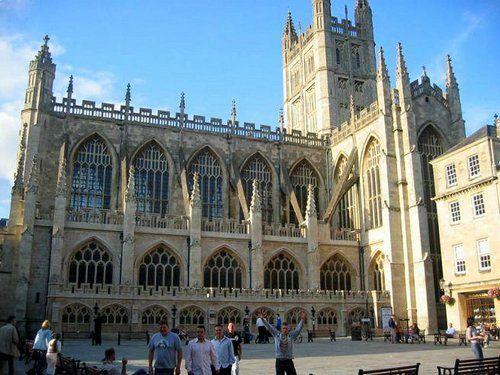Vista de lado de la Catedral de Bath.