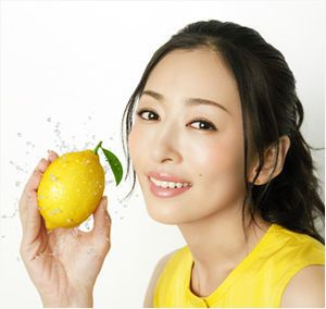 レモンを持っている松雪泰子