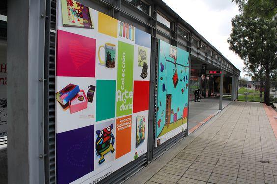 Nuestros jóvenes de Arte y Talentos Especiales, exhibiendo sus obras en TransMilenio