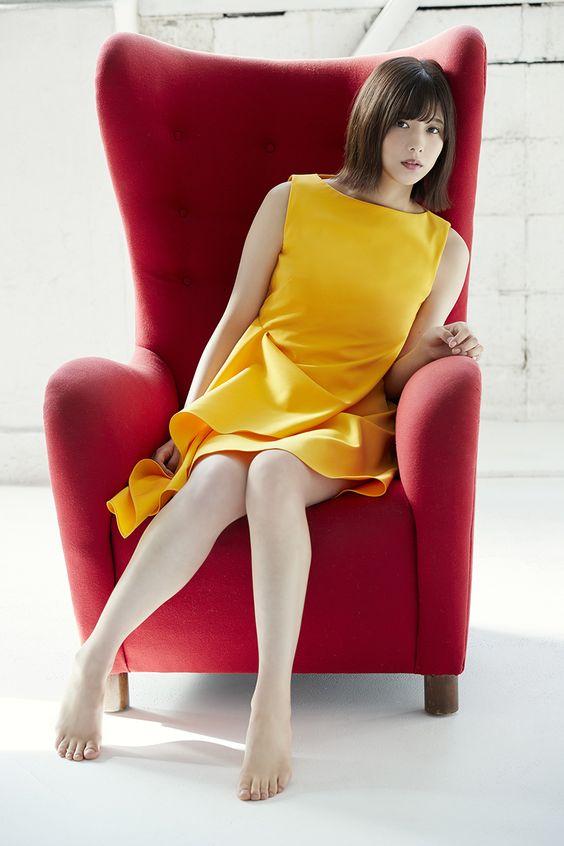 椅子に座っている渡邊理沙