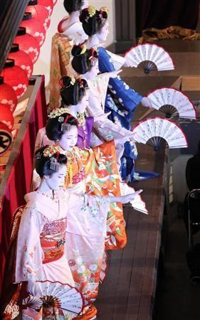 舞妓たちが華麗な舞で観客を魅了した「祇園をどり」=1日午後、京都市東山区の祇園会館(恵守乾撮影)(産経新聞)