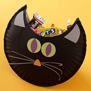 Cute Gift: Black cat treat pouch--decorated and embellished paper plates..staple or glue together..cute party favor..or attach a string and hang on neighborhood kid's front door as a special surprise...or your kid's bedroom door...FUN