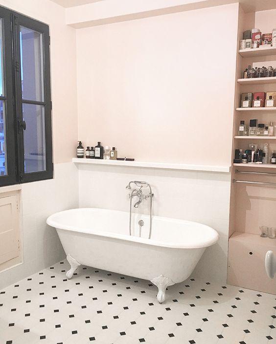 J'ai presque toujours habité dans des appartements peints en blanc. On m'a longtemps dit que c'était le meilleur moyen de rendre une pièce lumineuse. (...)