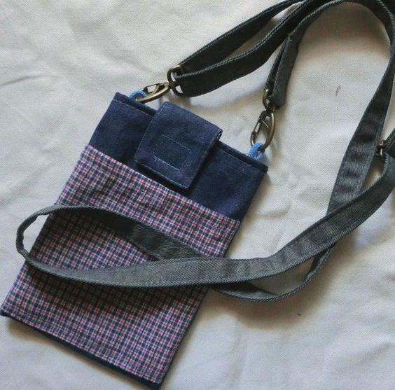 スマホや手帳、サイフを入れておくのにちょうど良い大きさのポーチです。ベルトに付けることができます。B5のノートを置いてみました。大切なものをすぐに取り出せます。いつでも肌身離さず身に着けていられます。移動ポケットにもなります。(クリップは付いていません。)肩紐を付けるとスマホポシェットにもなります。(肩紐は別売りです。)